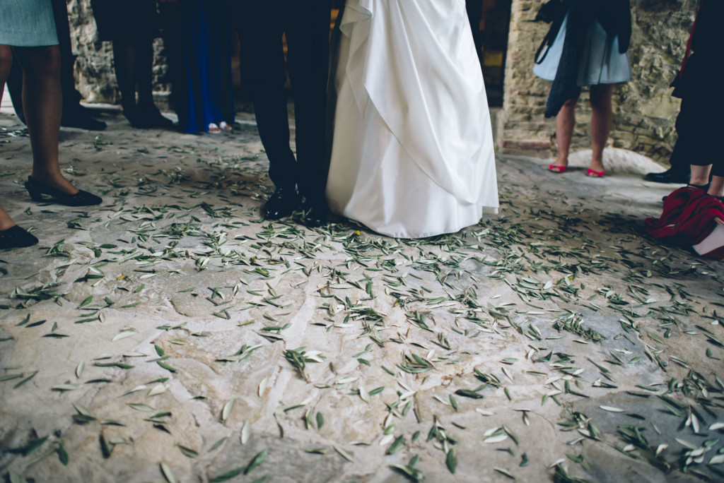 T+N wedding with olive leaves tossing ph. Lelia Scarfiotti