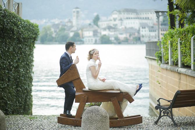 matrimonio R+S Lago d'Orta sposi con gelato ph. Peter Karasev