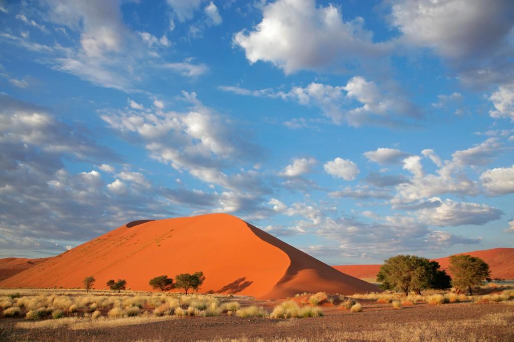 deserto e dune sotto il cielo di Sossusvlei in Namibia